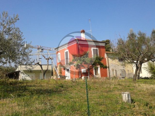 Soluzione Indipendente in vendita a Lanciano, 9 locali, prezzo € 150.000 | Cambio Casa.it