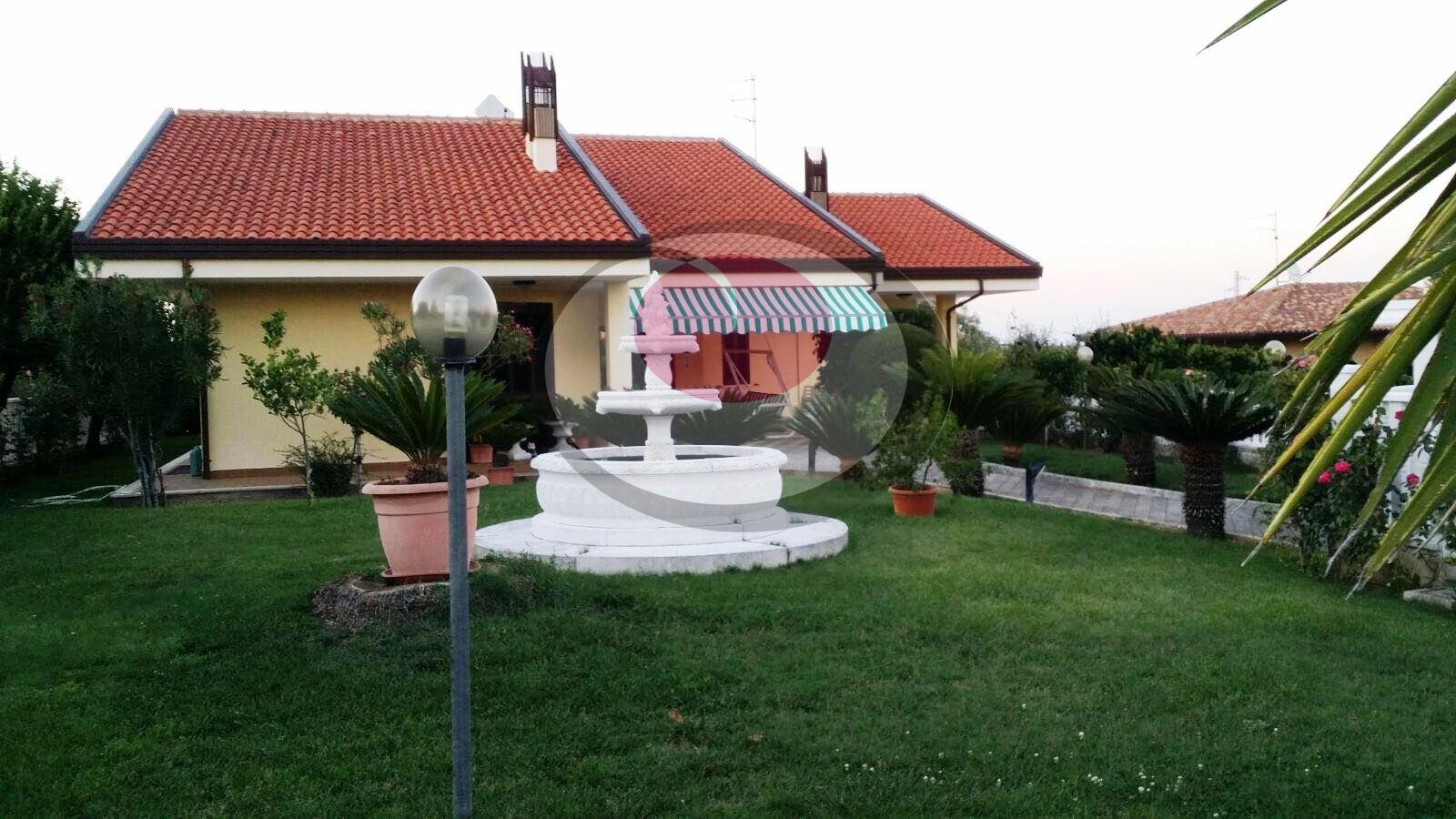 Villa in vendita a Treglio, 9 locali, prezzo € 280.000 | CambioCasa.it