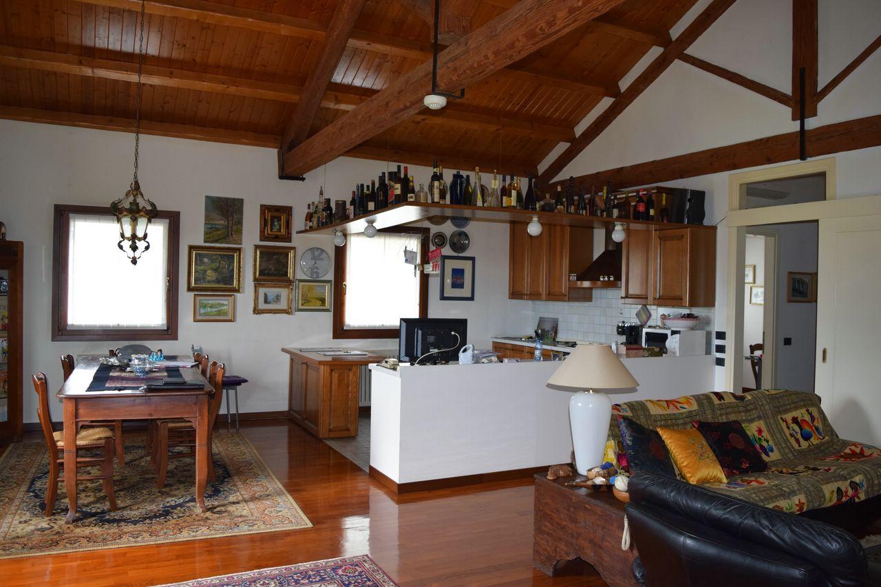 Appartamento in vendita a Roncade, 5 locali, prezzo € 240.000 | CambioCasa.it