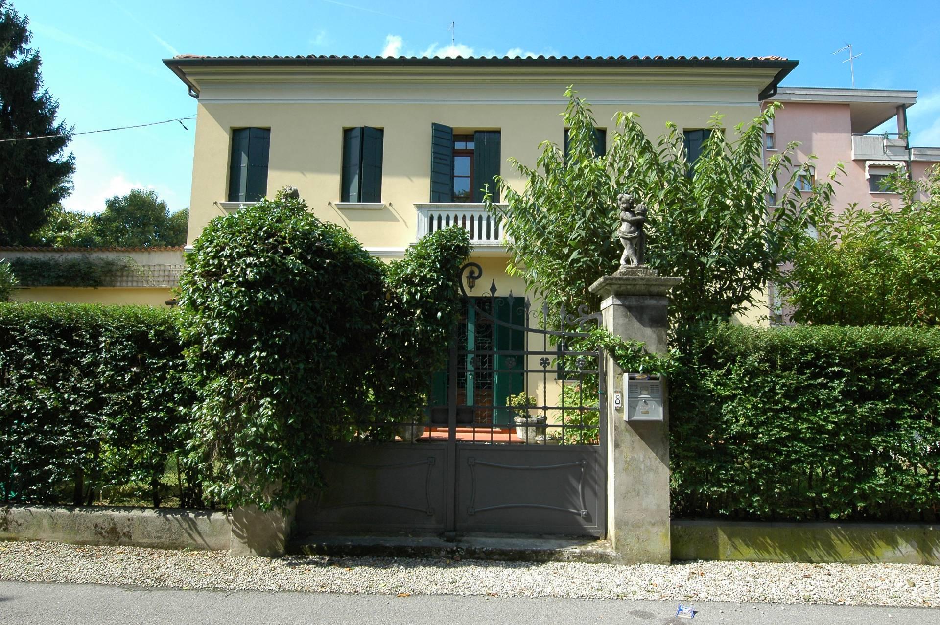 Villa in vendita a Mogliano Veneto, 10 locali, zona Località: Centro, prezzo € 850.000   CambioCasa.it