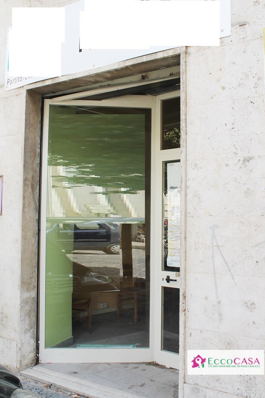 Negozio / Locale in affitto a Maddaloni, 9999 locali, prezzo € 550 | CambioCasa.it