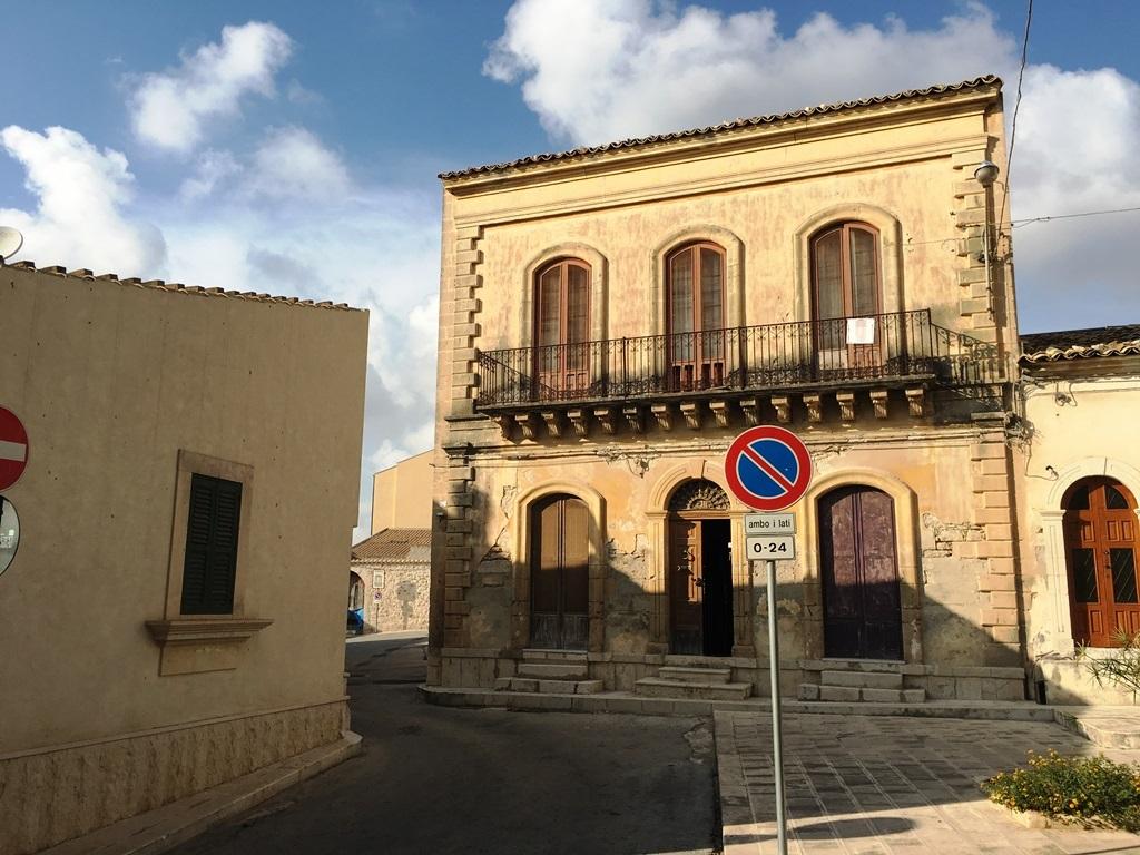 Palazzo / Stabile in vendita a Santa Croce Camerina, 10 locali, Trattative riservate | CambioCasa.it