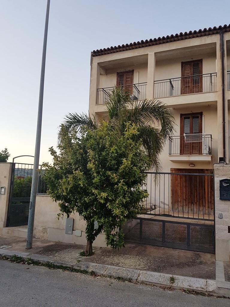 Villa a Schiera in vendita a Scicli, 4 locali, zona Zona: Iungi, Trattative riservate | CambioCasa.it