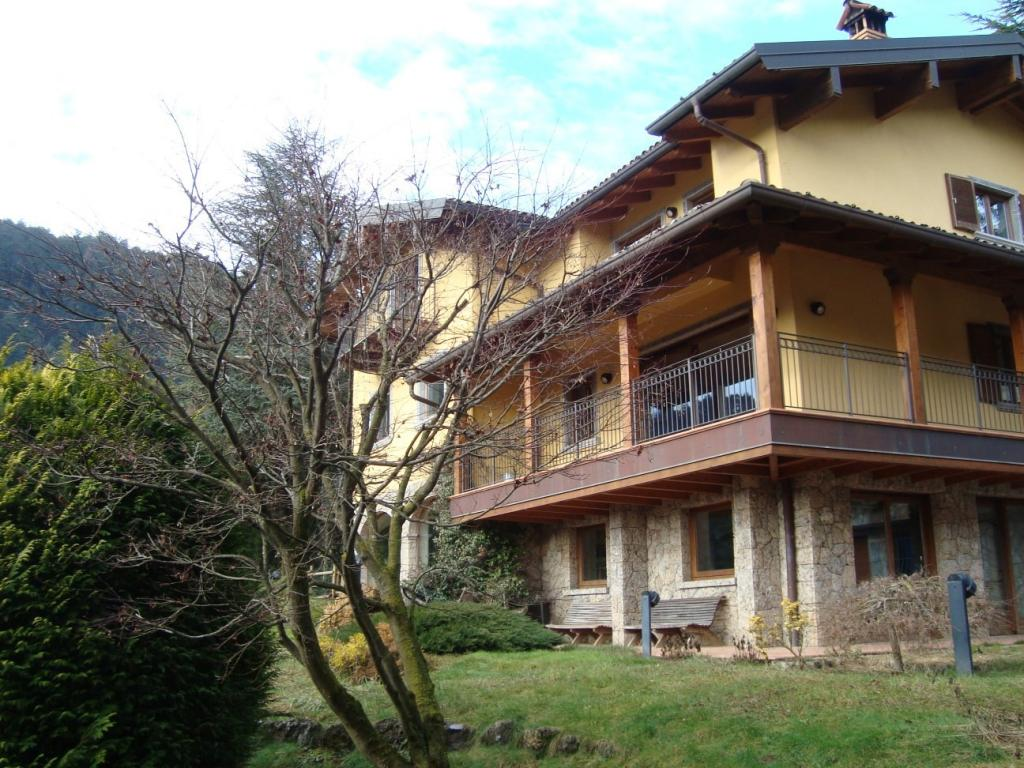 Rustico / Casale in vendita a Clusone, 32 locali, Trattative riservate | CambioCasa.it
