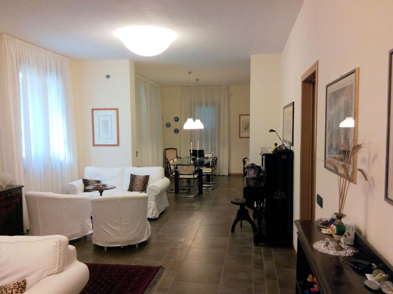 Villa in vendita a Pietrasanta, 10 locali, zona Località: MarinadiPietrasanta, Trattative riservate | Cambio Casa.it