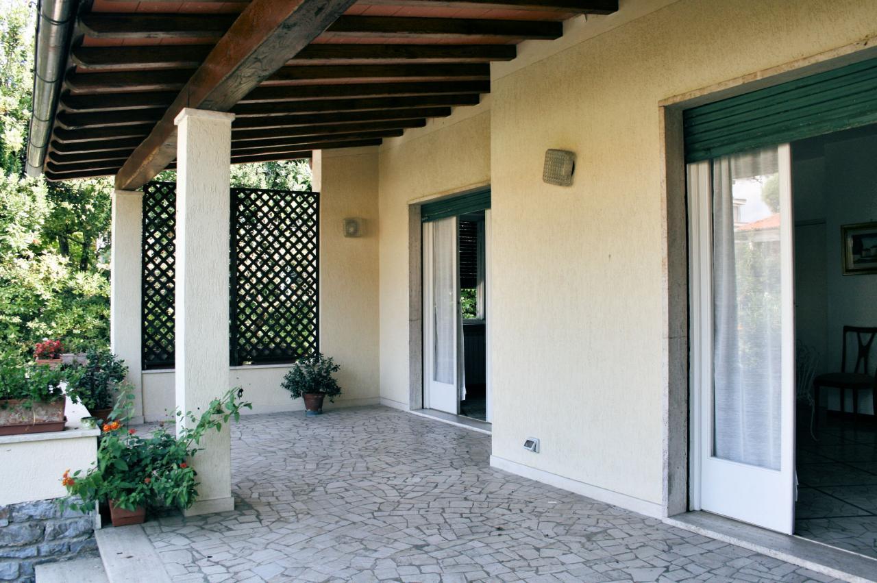 Villa in vendita a Camaiore, 8 locali, zona Località: LidodiCamaiore, prezzo € 980.000 | CambioCasa.it