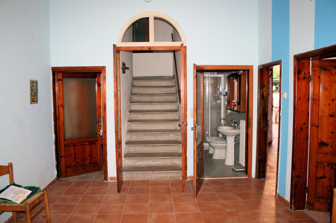 Villa in vendita a Montecatini-Terme, 11 locali, prezzo € 185.000 | Cambio Casa.it