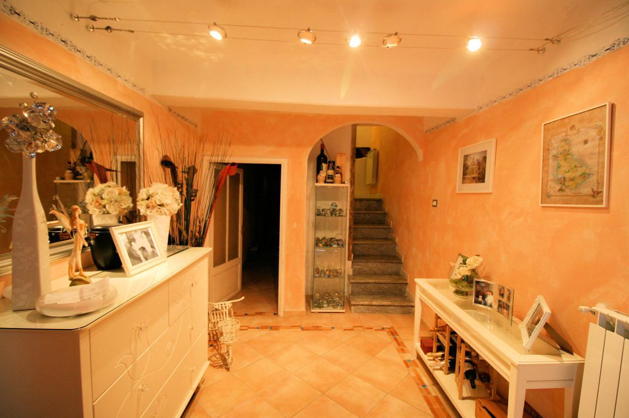 Appartamento in vendita a Camaiore, 7 locali, prezzo € 220.000 | Cambio Casa.it