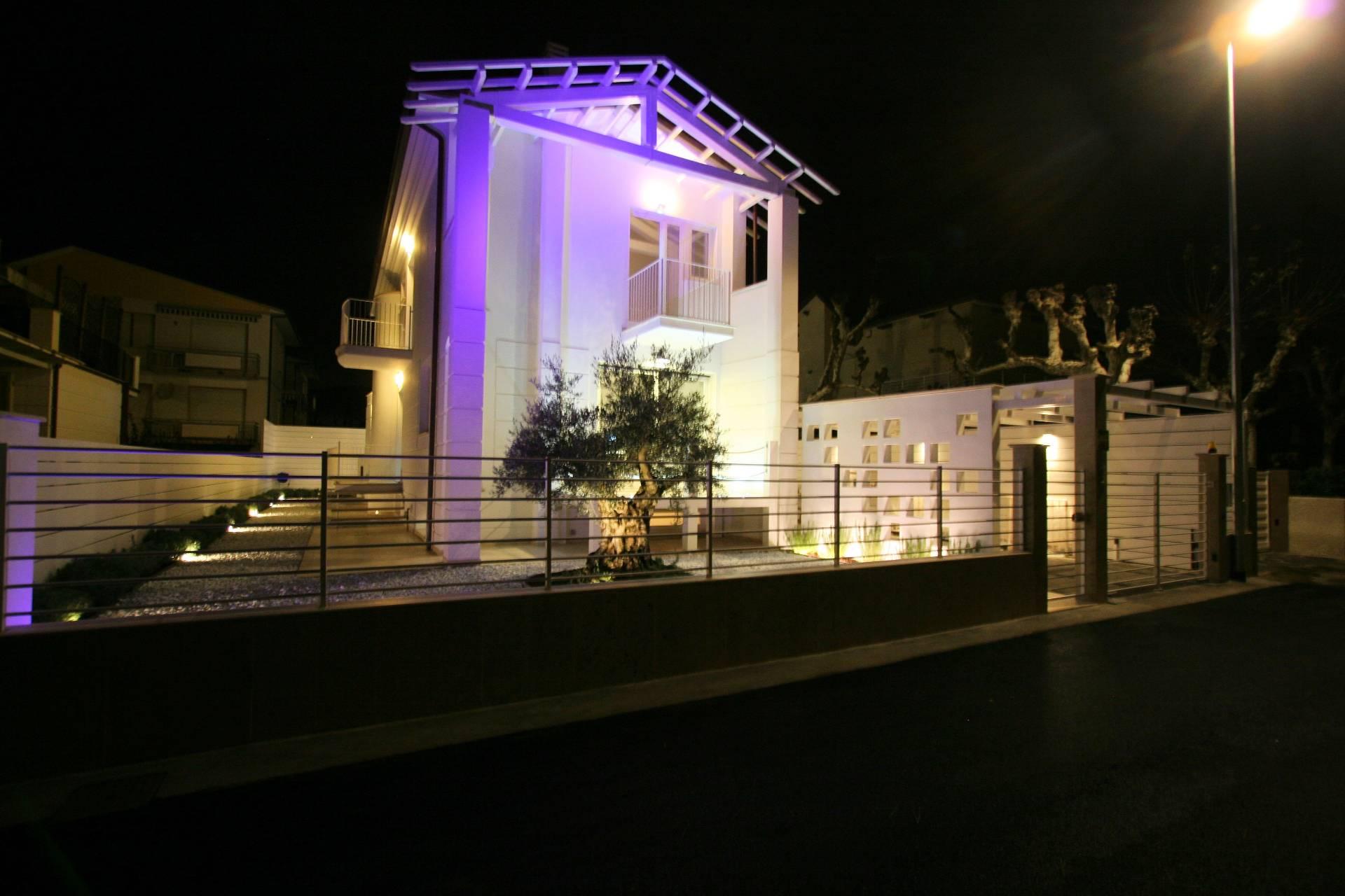 Villa in vendita a Camaiore, 8 locali, zona Località: LidodiCamaiore, Trattative riservate | Cambio Casa.it