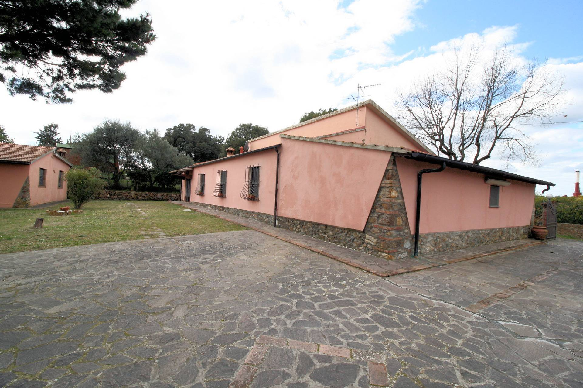Villa in vendita a Rosignano Marittimo, 8 locali, zona Zona: Gabbro, prezzo € 319.000 | Cambio Casa.it