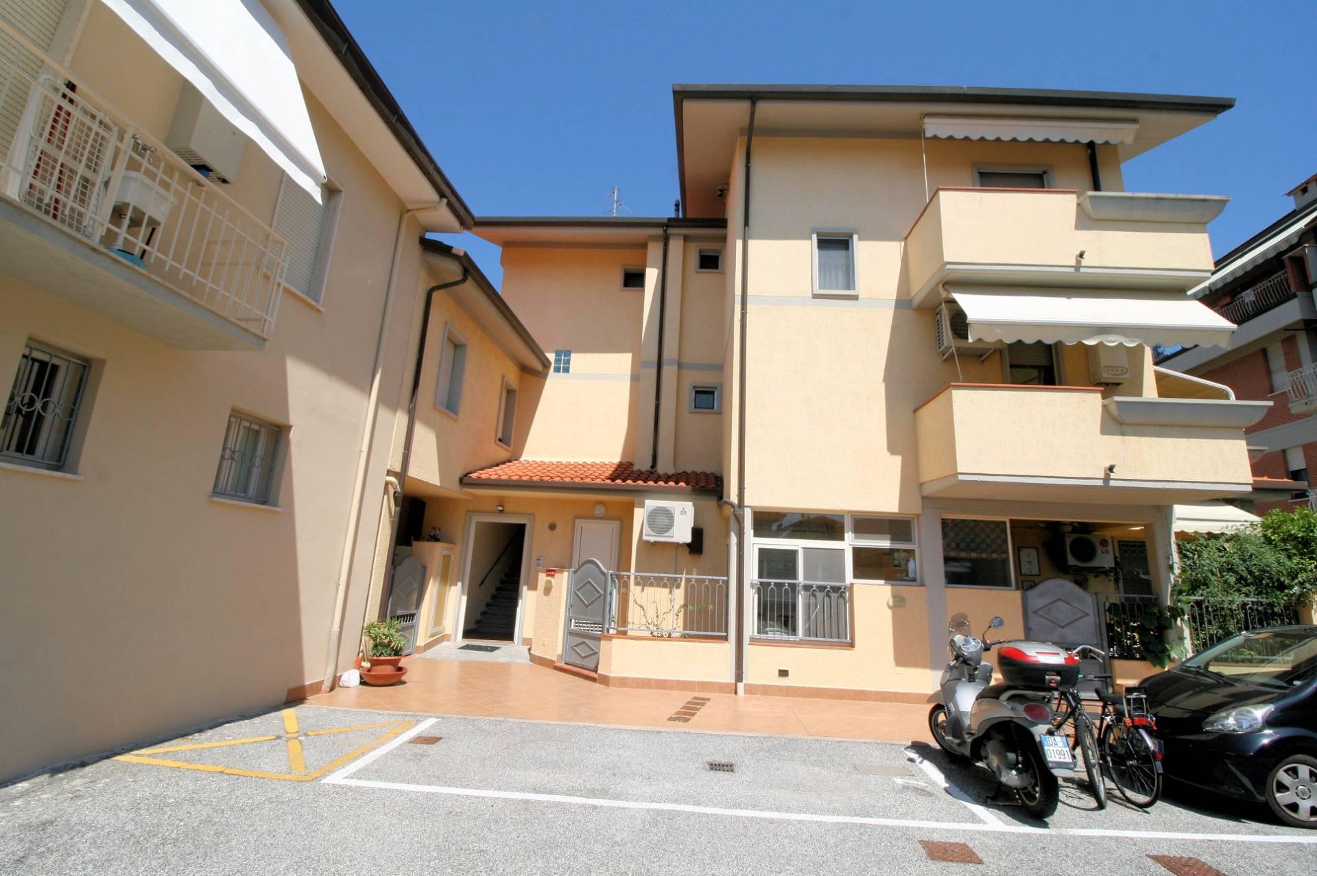 Appartamento in vendita a Viareggio, 6 locali, prezzo € 350.000 | Cambio Casa.it