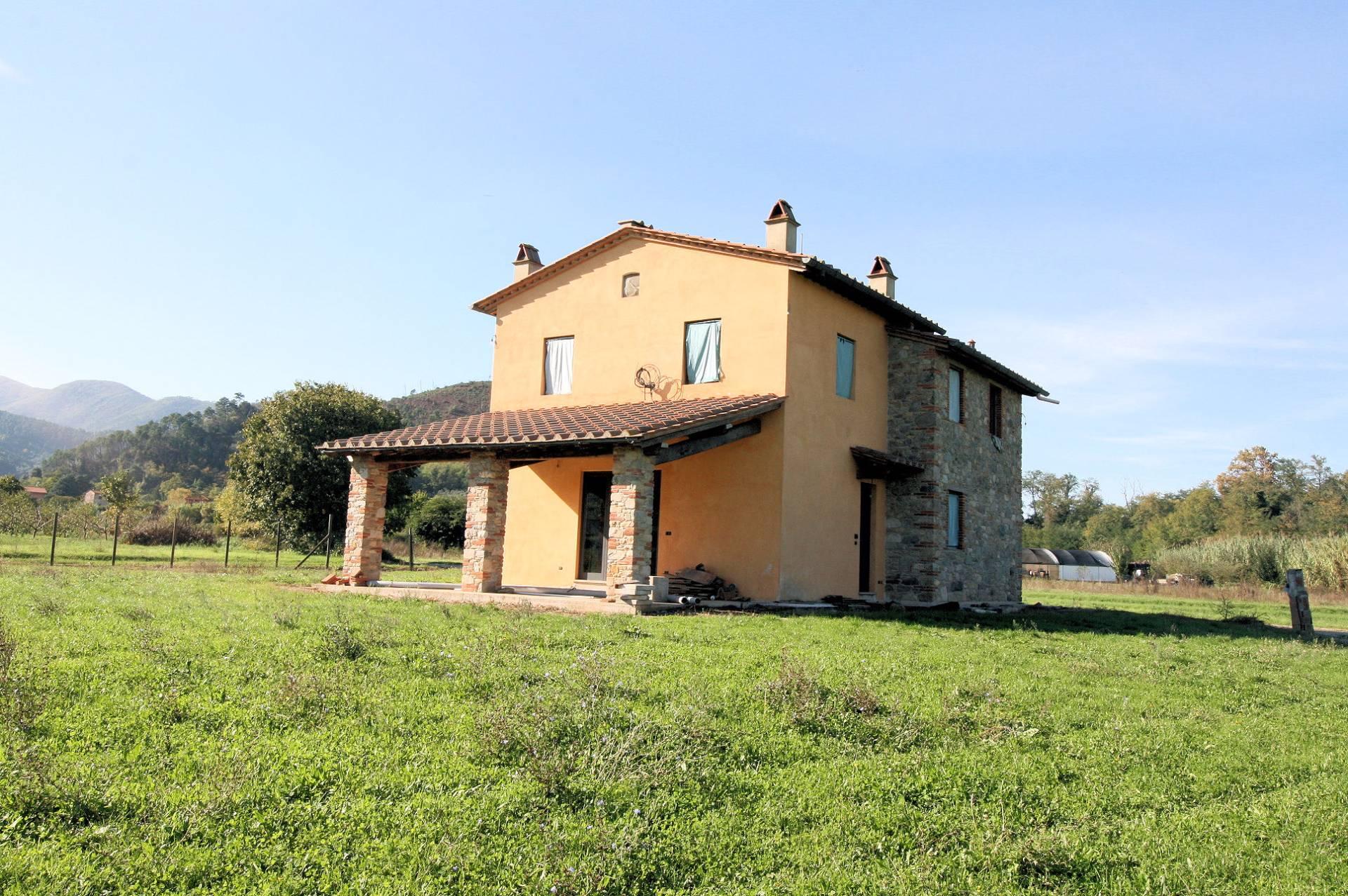Rustico / Casale in vendita a Capannori, 8 locali, prezzo € 395.000 | Cambio Casa.it