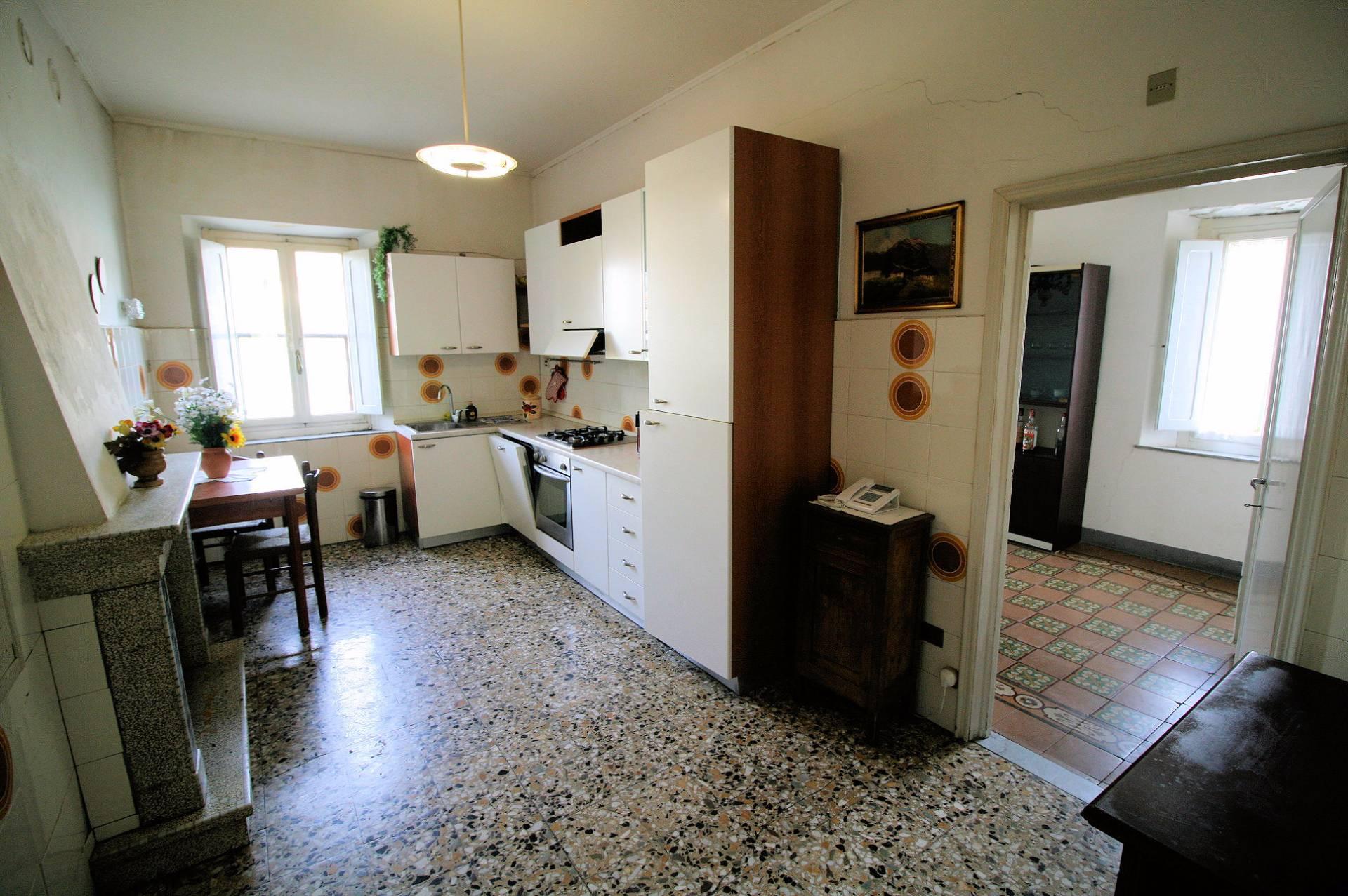 Soluzione Indipendente in vendita a Pescia, 10 locali, zona Località: PonteallAbate, prezzo € 89.000 | CambioCasa.it