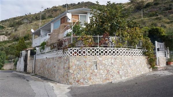 Villa in vendita a Fiumefreddo Bruzio, 4 locali, prezzo € 75.000 | CambioCasa.it