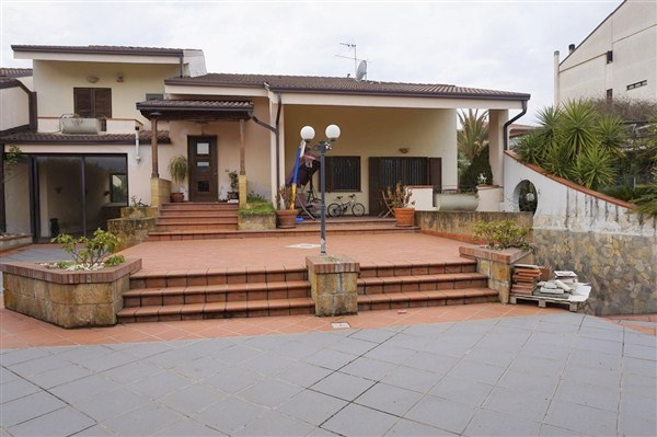 Villa in vendita a Rende, 16 locali, zona Zona: Roges, Trattative riservate | CambioCasa.it
