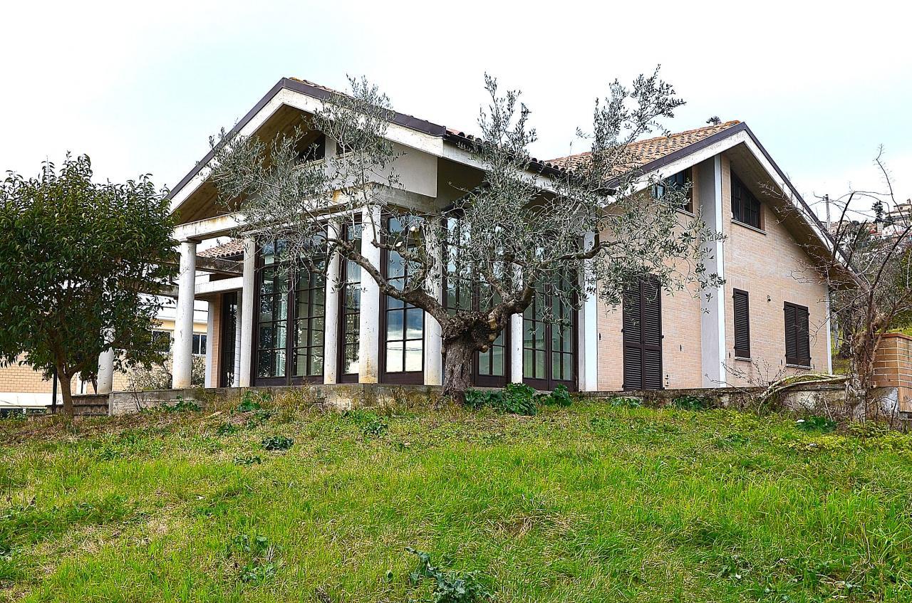 Villa in vendita a Città Sant'Angelo, 4 locali, prezzo € 290.000 | Cambio Casa.it
