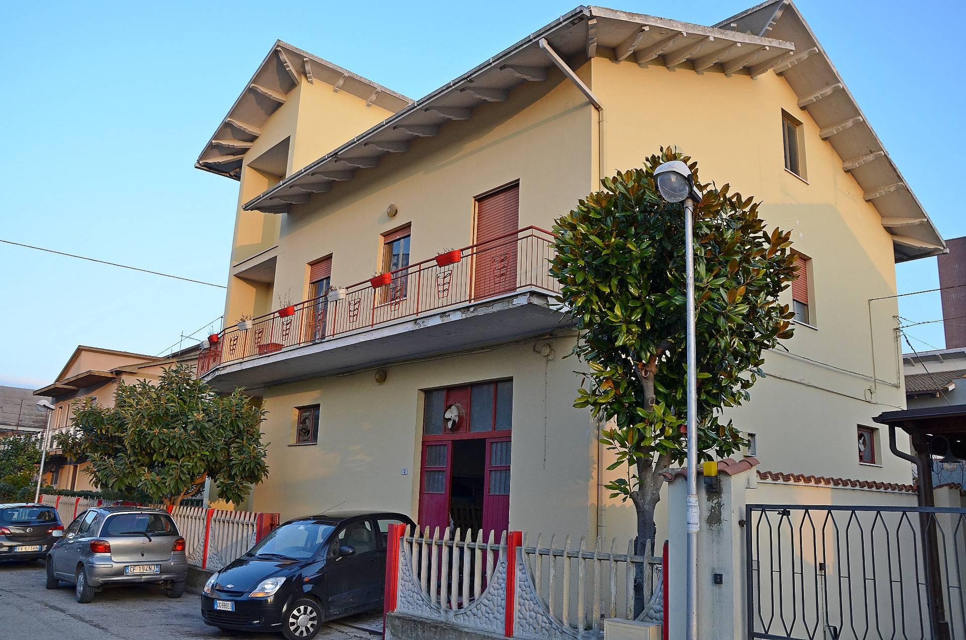 Soluzione Indipendente in vendita a Montesilvano, 8 locali, zona Località: centro, prezzo € 260.000 | Cambio Casa.it