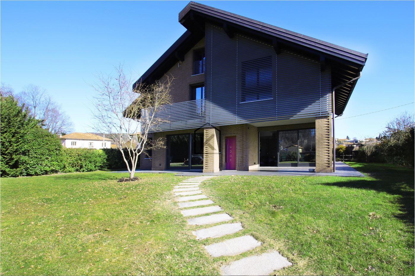 Villa in Vendita a Vergiate: 5 locali, 430 mq