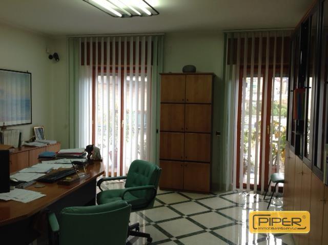 Negozio / Locale in affitto a Napoli, 9999 locali, zona Zona: 9 . Soccavo, Pianura, prezzo € 1.500 | CambioCasa.it