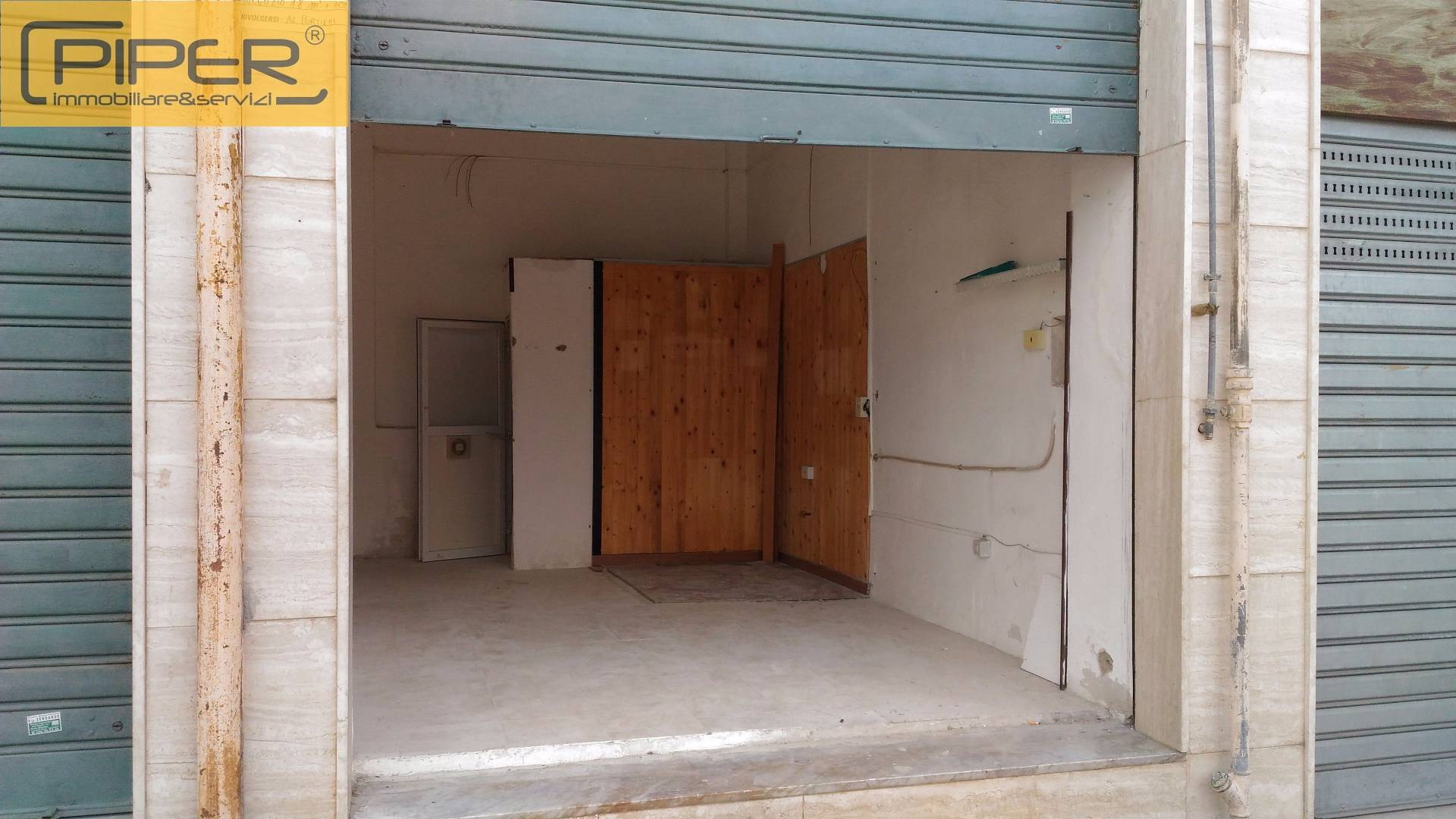 Negozio / Locale in affitto a Napoli, 9999 locali, zona Zona: 10 . Bagnoli, Fuorigrotta, Agnano, prezzo € 250   CambioCasa.it