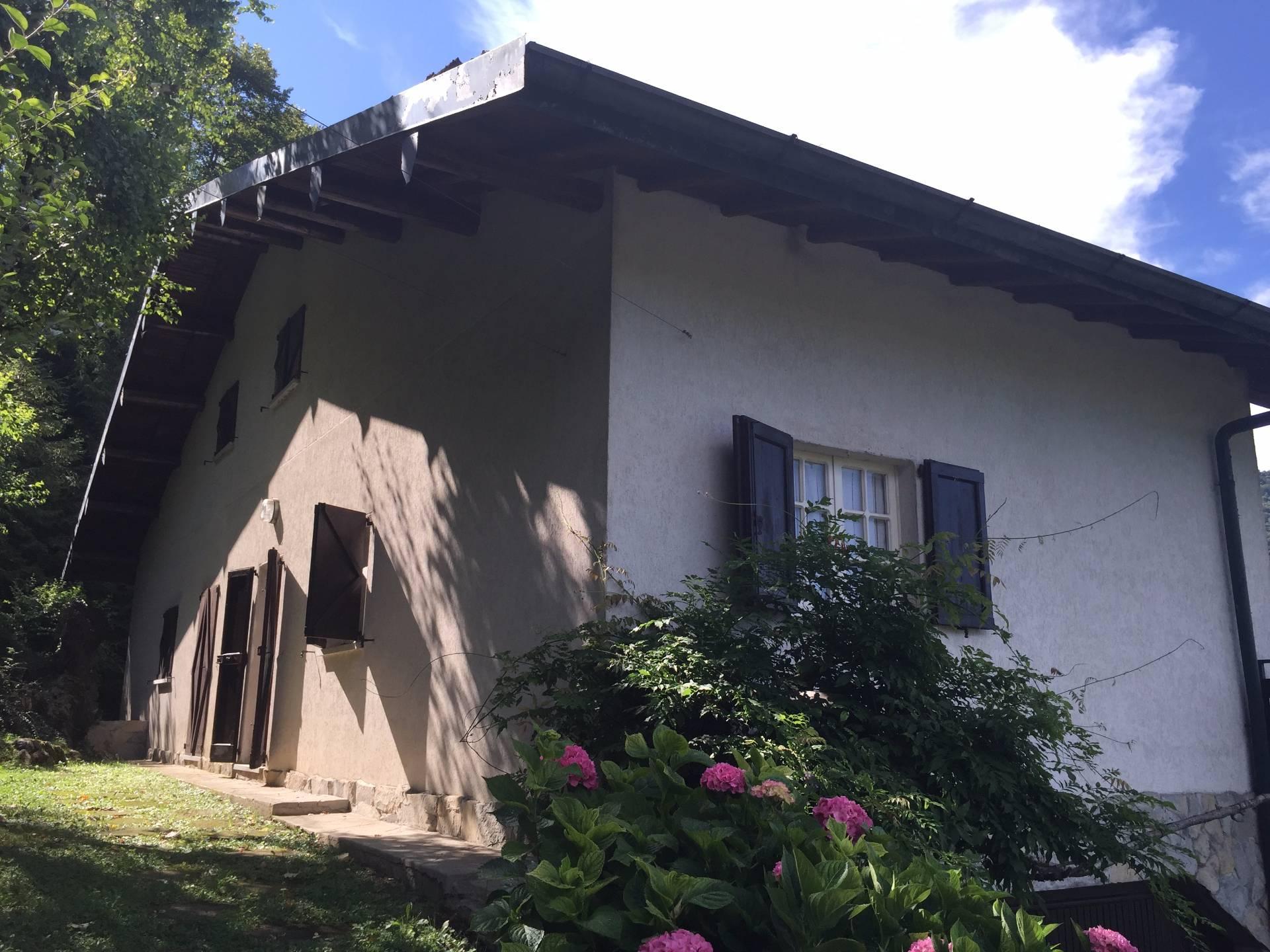 Villa in vendita a Valbrona, 8 locali, prezzo € 220.000 | Cambio Casa.it