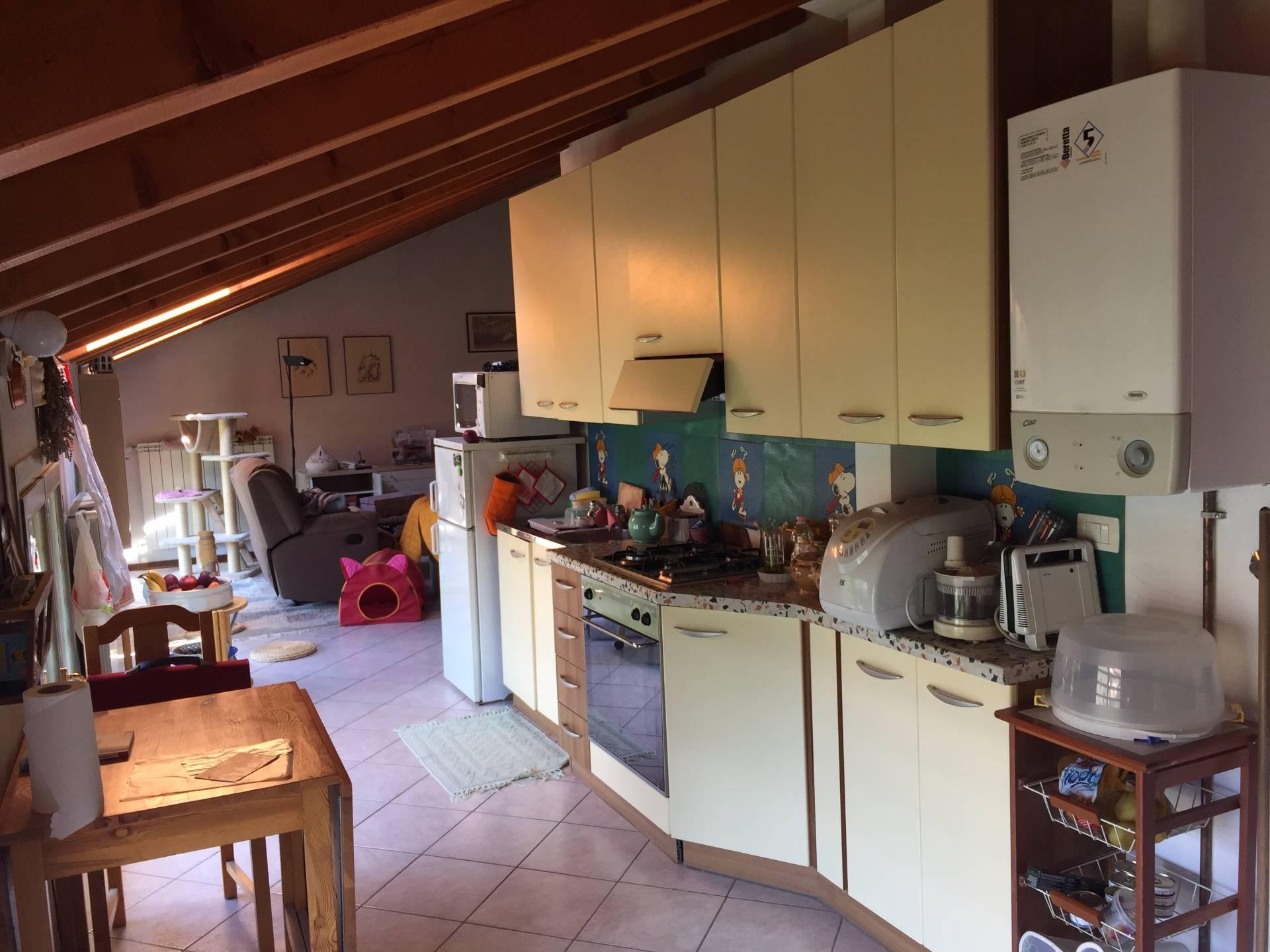 Appartamento in vendita a Canzo, 4 locali, prezzo € 140.000   CambioCasa.it