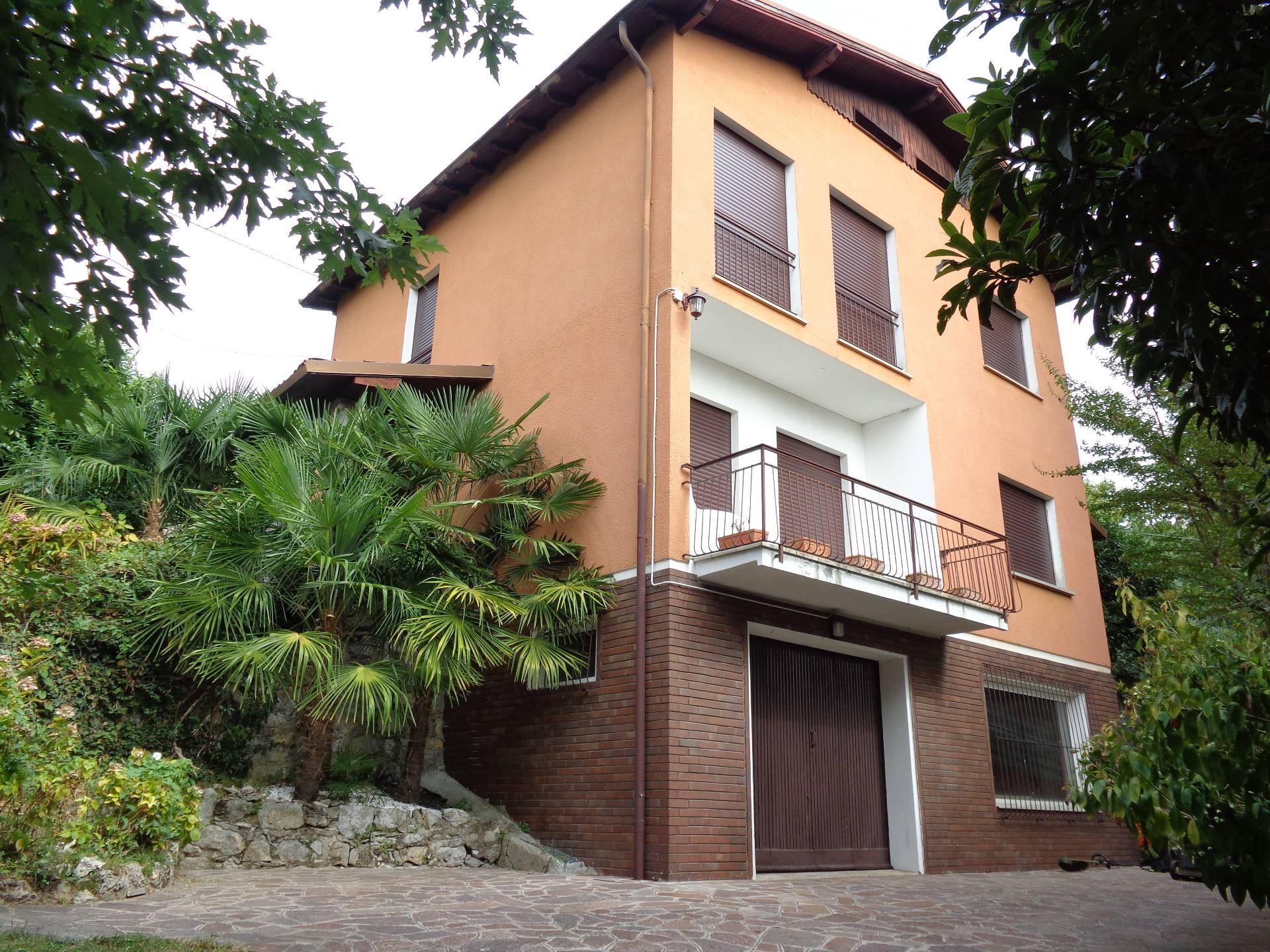Villa in vendita a Longone al Segrino, 7 locali, prezzo € 270.000 | CambioCasa.it