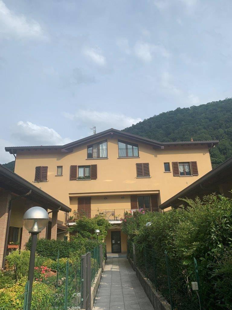 Appartamento in vendita a Canzo, 3 locali, prezzo € 170.000   CambioCasa.it