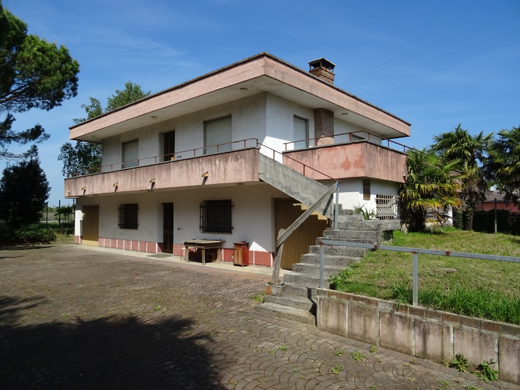 Soluzione Indipendente in vendita a Carlino, 8 locali, prezzo € 168.000 | Cambio Casa.it