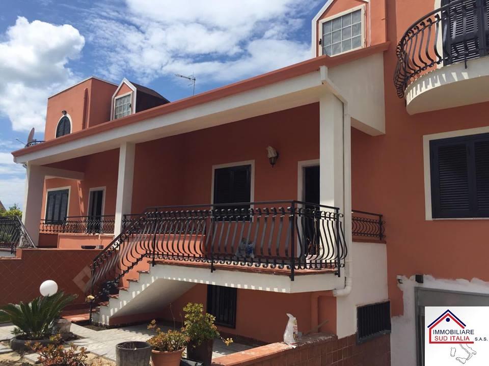 Villa in affitto a Giugliano in Campania, 4 locali, zona Zona: Varcaturo, prezzo € 800 | Cambio Casa.it