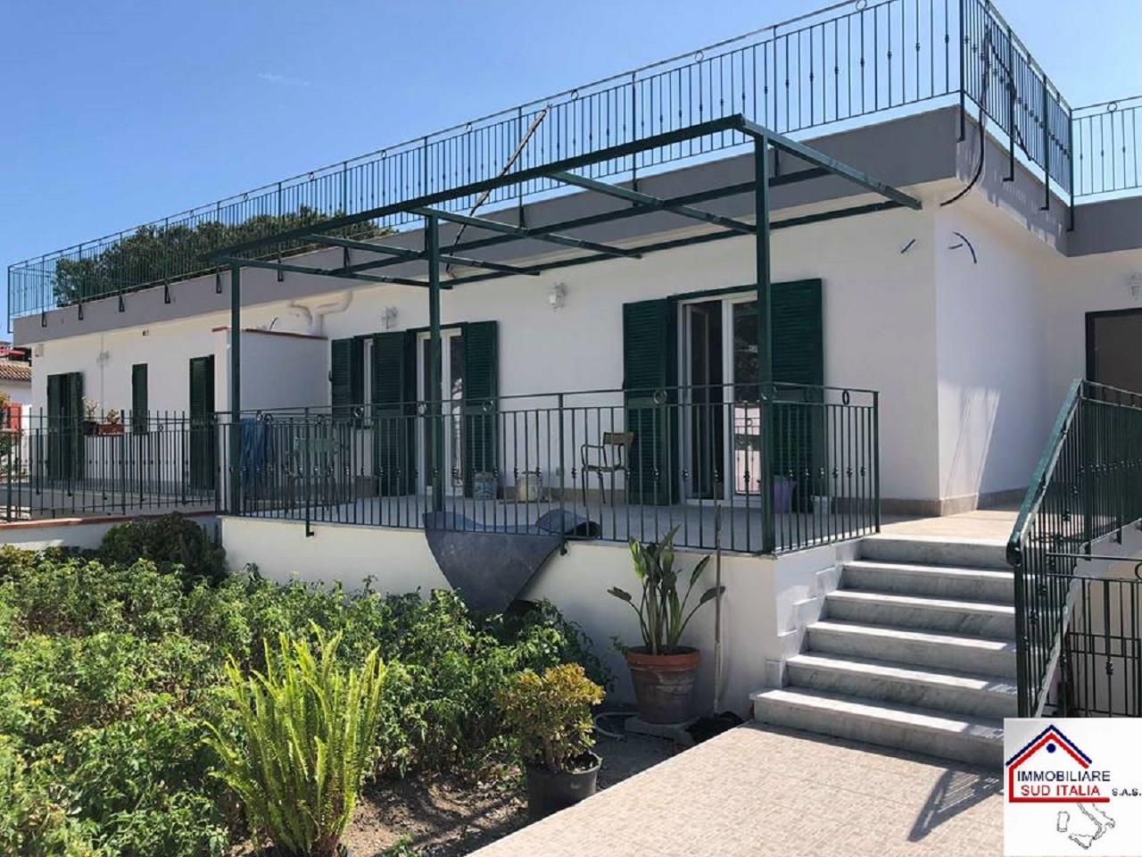 Villa a Schiera in affitto a Pozzuoli, 3 locali, zona Zona: Lucrino, prezzo € 1.300 | CambioCasa.it