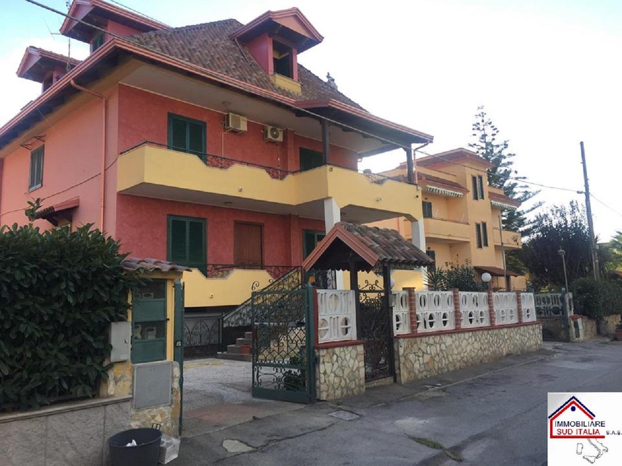 Villa in affitto a Giugliano in Campania, 4 locali, zona Località: LagoPatria, prezzo € 800 | CambioCasa.it
