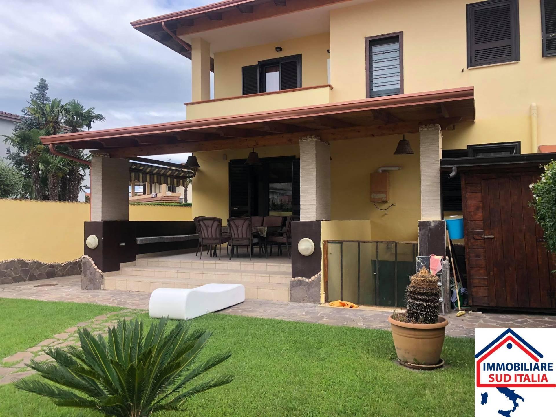 Villa in affitto a Giugliano in Campania, 4 locali, zona Zona: Varcaturo, prezzo € 1.800 | CambioCasa.it