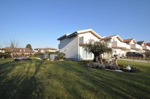 Semi-detached villa for Sale to Fino Mornasco