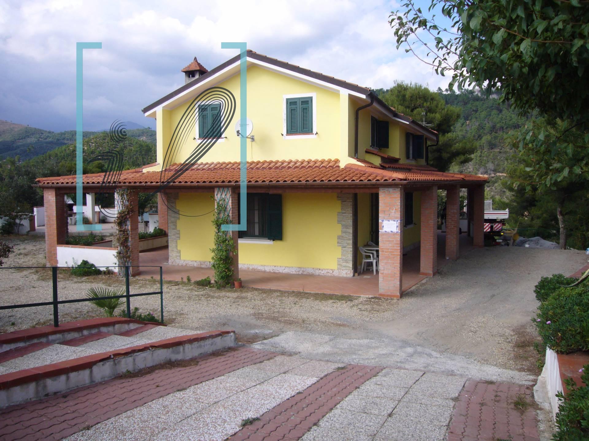 Villa in Vendita a Cisano sul Neva