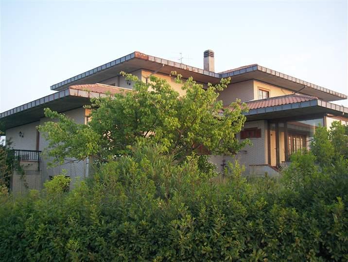 Villa in vendita a Teramo, 11 locali, prezzo € 390.000 | Cambio Casa.it