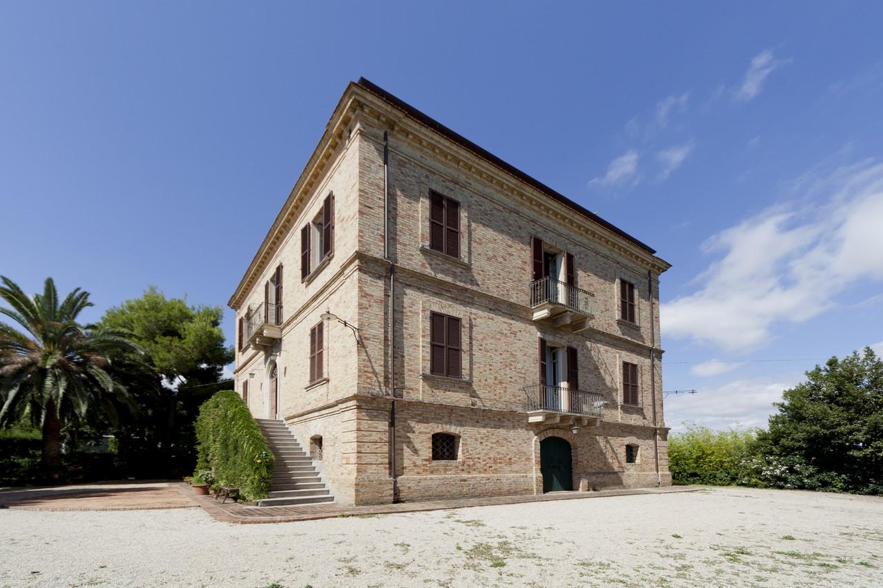 Villa in vendita a Roseto degli Abruzzi, 12 locali, zona Località: ColognaPaese, prezzo € 800.000 | Cambio Casa.it