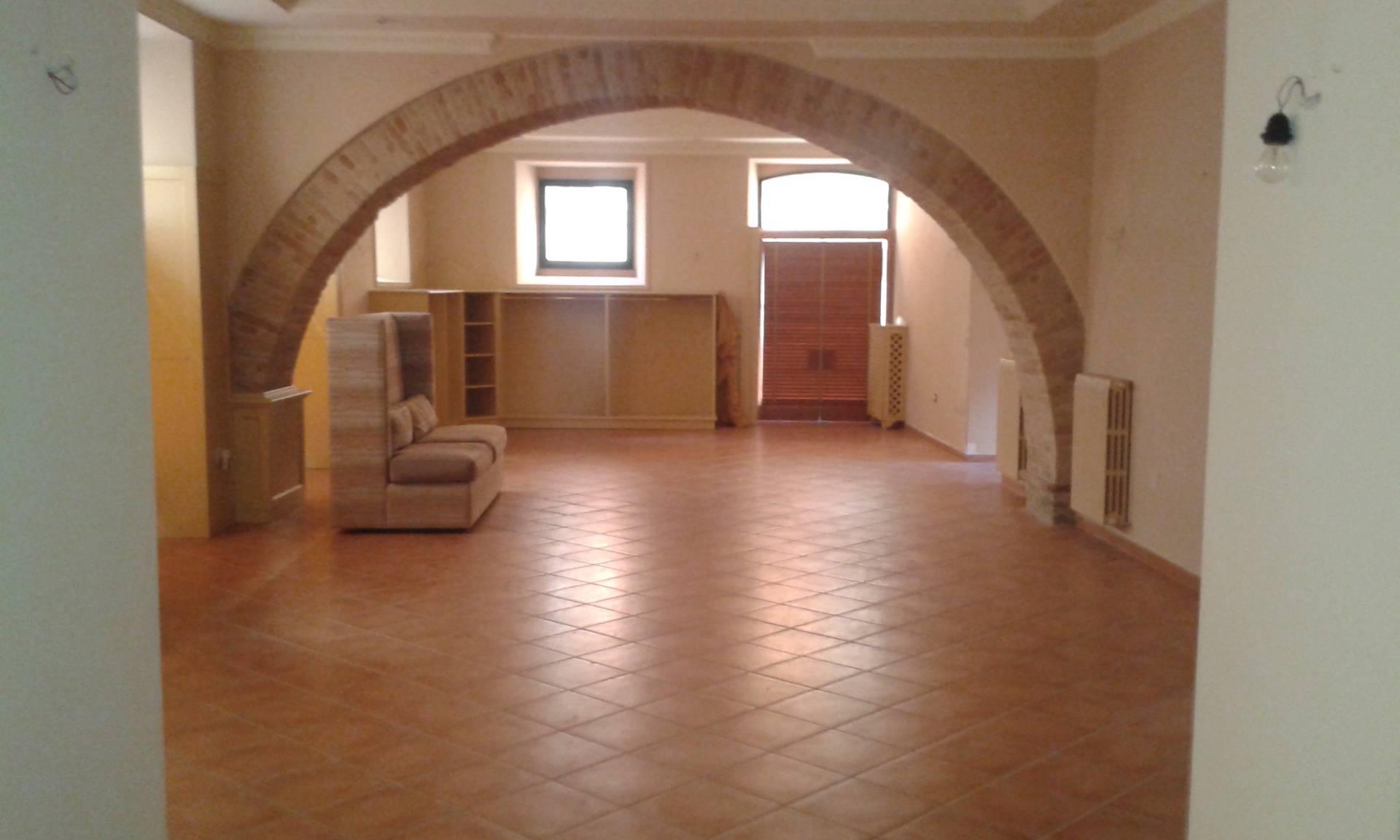 Negozio / Locale in affitto a Teramo, 9999 locali, prezzo € 1.100 | CambioCasa.it