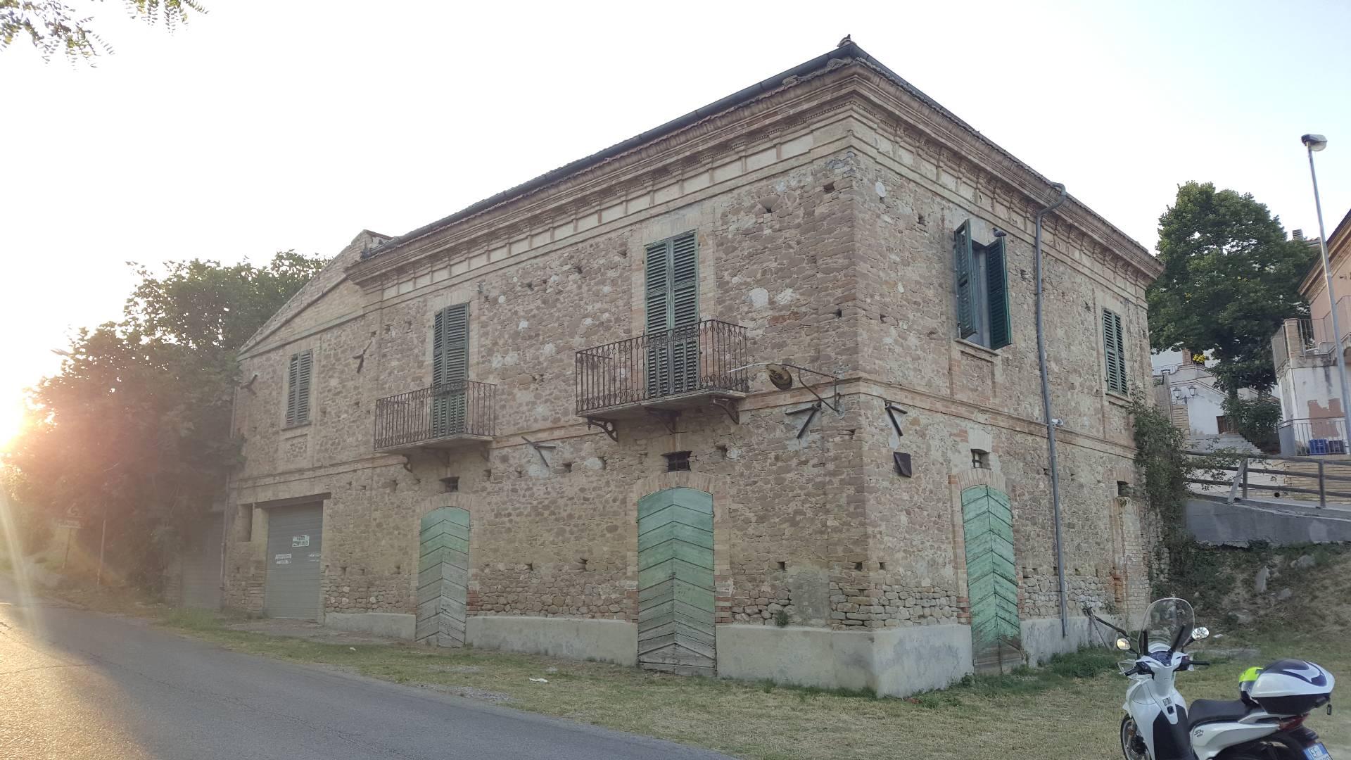 Soluzione Indipendente in vendita a Cellino Attanasio, 14 locali, zona Zona: Faiete, prezzo € 60.000 | CambioCasa.it