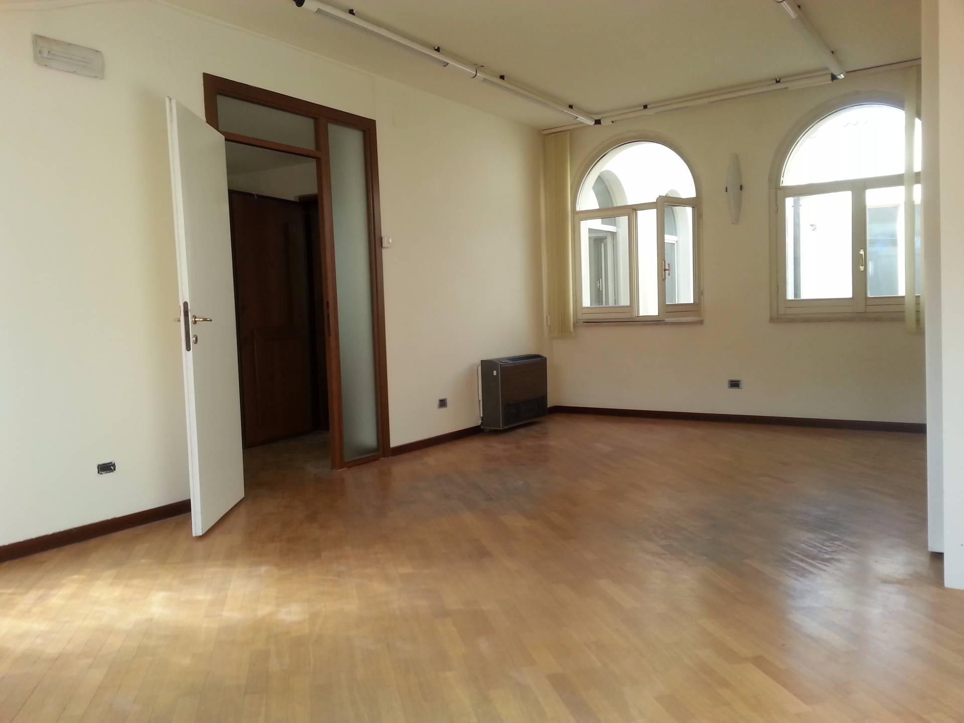Ufficio / Studio in affitto a Teramo, 9999 locali, zona Zona: Centro , prezzo € 400   CambioCasa.it