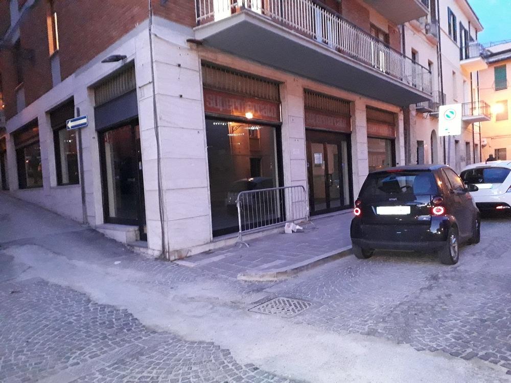 Negozio / Locale in affitto a Teramo, 9999 locali, zona Zona: Centro , prezzo € 1.500 | CambioCasa.it