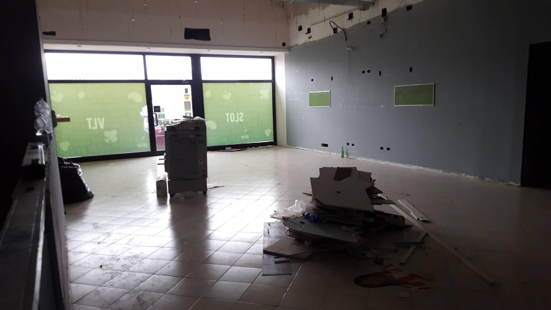 Negozio / Locale in affitto a Teramo, 9999 locali, zona Zona: Semicentro , prezzo € 1.200 | CambioCasa.it