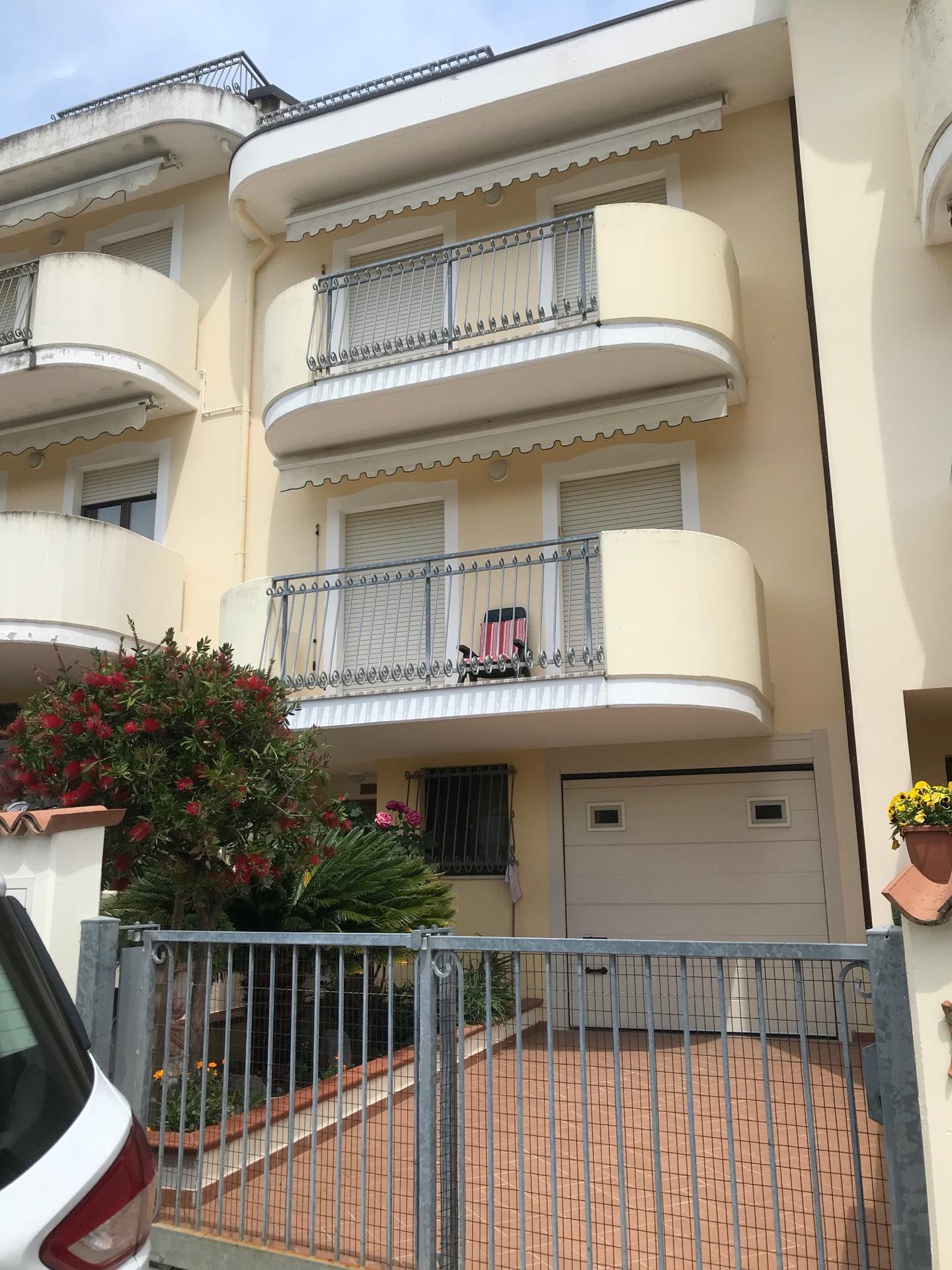 Villa a Schiera in vendita a Roseto degli Abruzzi, 9 locali, prezzo € 250.000 | CambioCasa.it