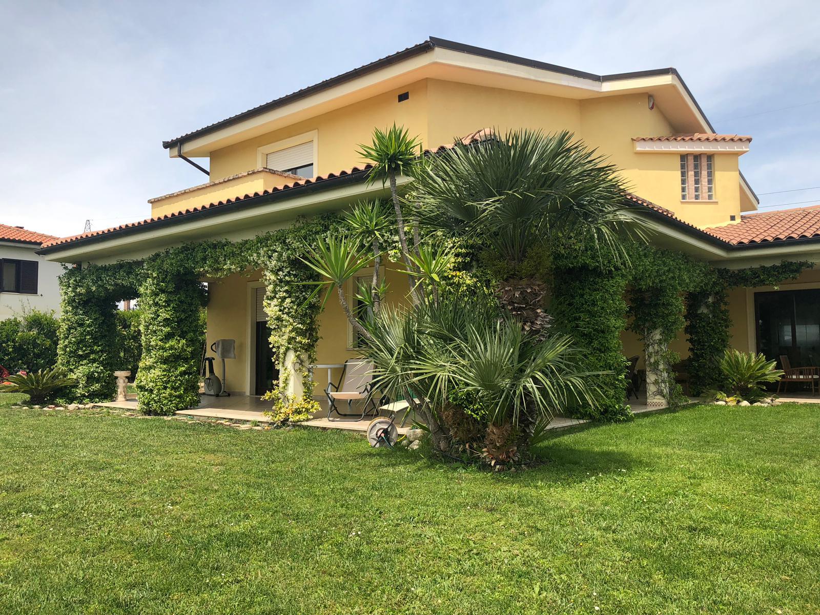 Villa in vendita a Roseto degli Abruzzi, 7 locali, prezzo € 650.000 | CambioCasa.it