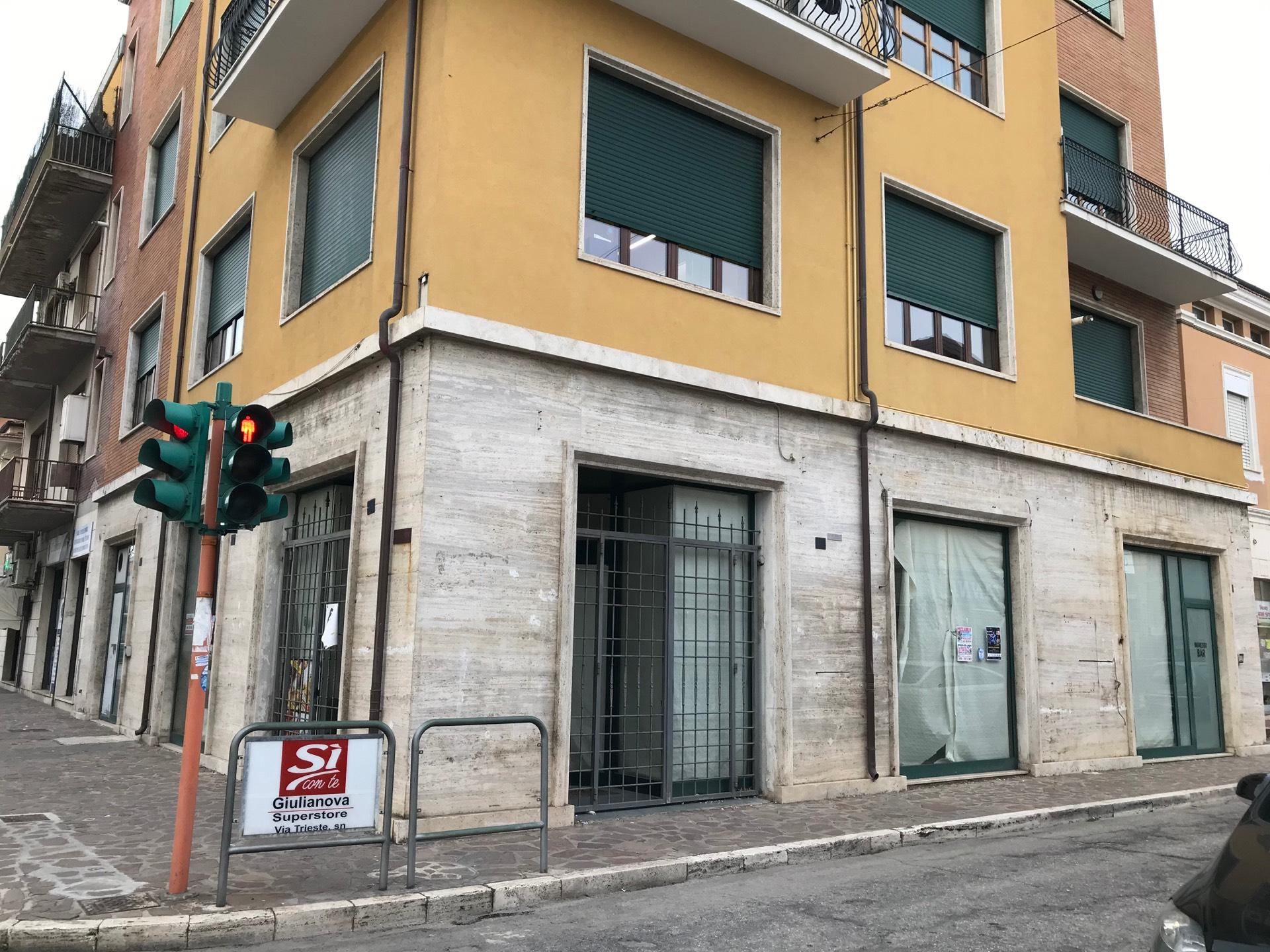 Negozio / Locale in affitto a Giulianova, 9999 locali, zona Località: Lido, prezzo € 1.200 | CambioCasa.it