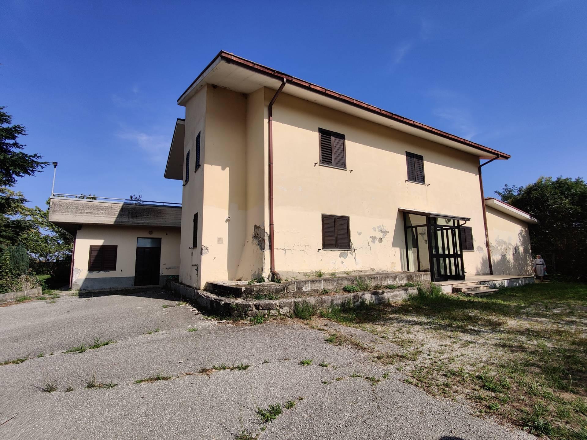Soluzione Indipendente in vendita a Montorio al Vomano, 11 locali, zona Zona: Collevecchio, prezzo € 180.000 | CambioCasa.it