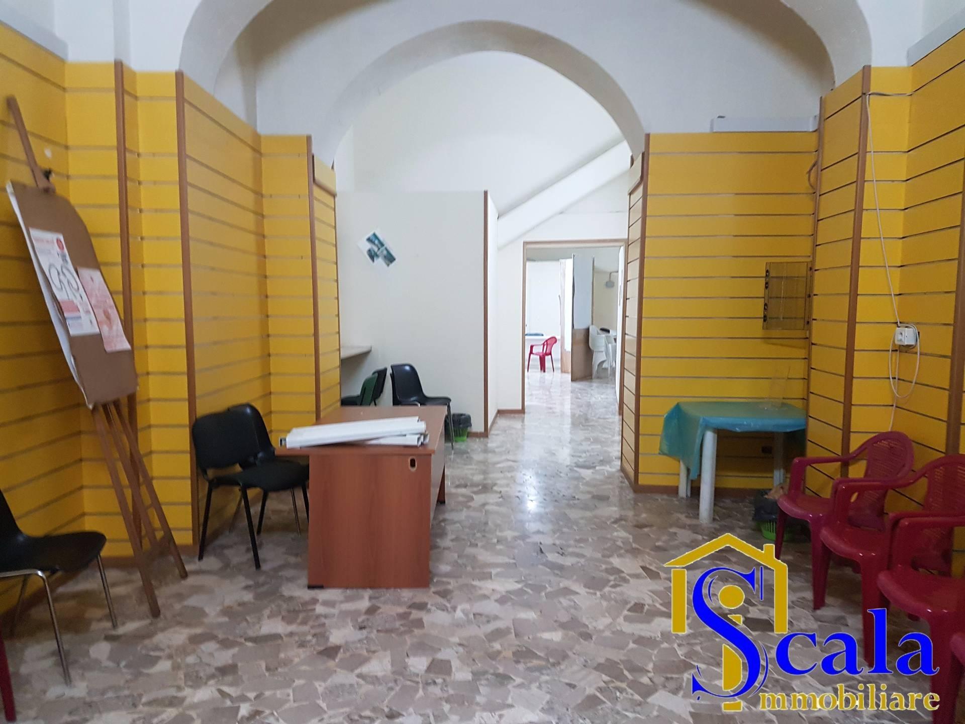Negozio / Locale in affitto a Santa Maria Capua Vetere, 9999 locali, prezzo € 950 | Cambio Casa.it