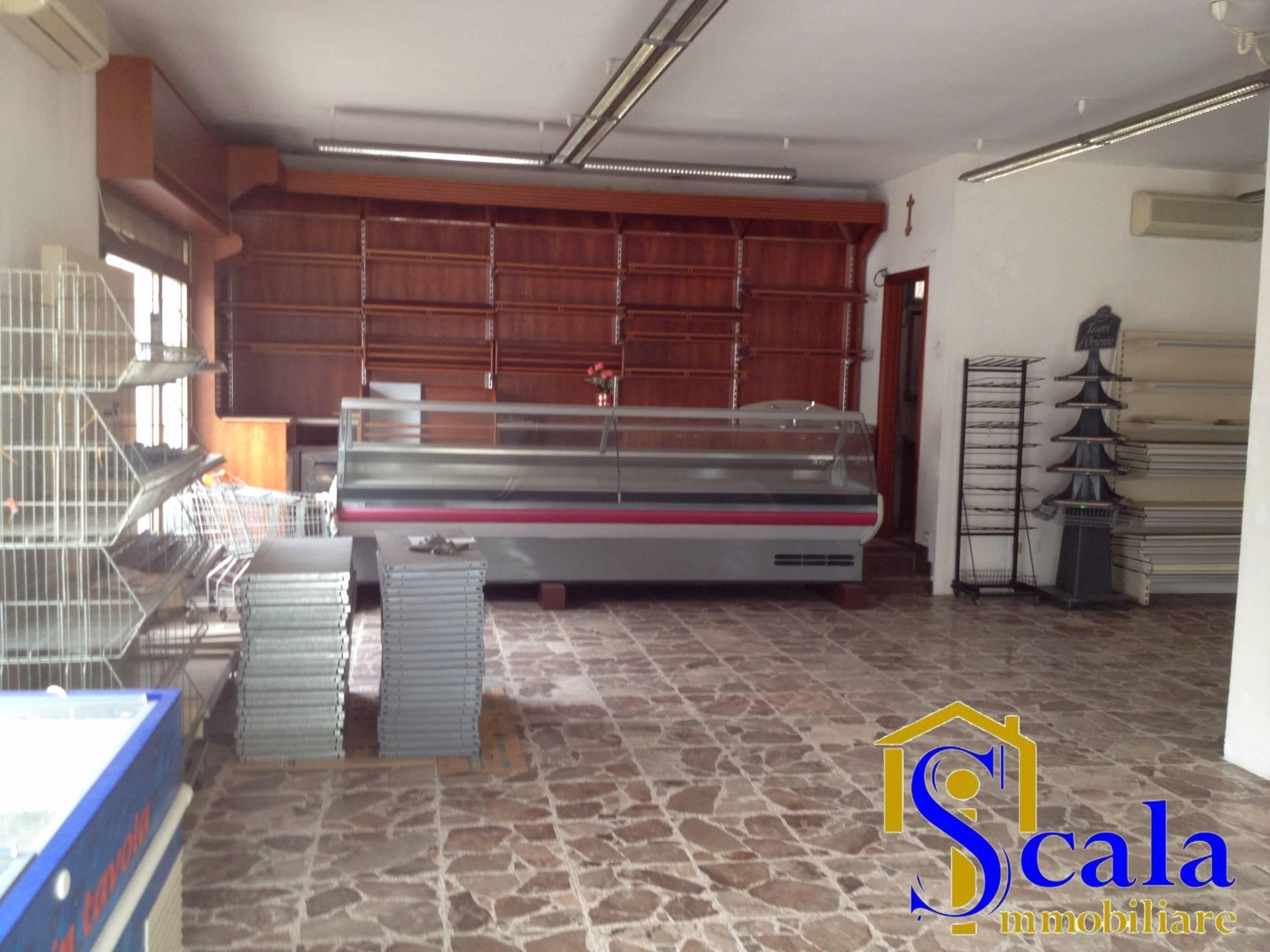 Negozio / Locale in affitto a Casapulla, 9999 locali, prezzo € 800 | Cambio Casa.it