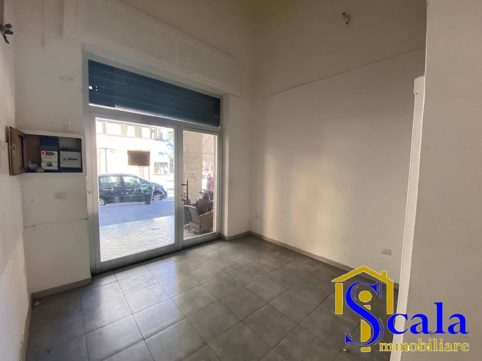 Negozio / Locale in affitto a Caserta, 9999 locali, prezzo € 500 | CambioCasa.it