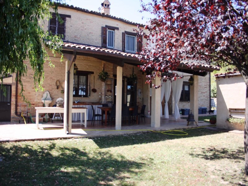 Rustico / Casale in vendita a Ancarano, 8 locali, prezzo € 348.000 | CambioCasa.it